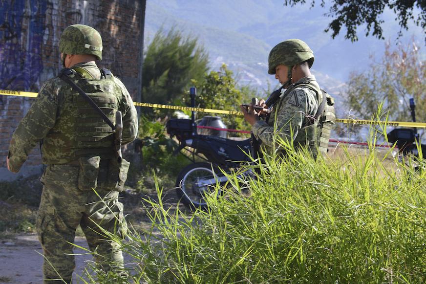 CHILPANCINGO, GUERRERO,30NOVIEMBRE2016.- Dos personas fueron localizadas sin vida en un lote baldío en la calle Río Colorado de la colonia Primero de Mayo, ubicada en la periferia de la ciudad.  FOTO: JOSÉ I. HERNÁNDEZ / CUARTOSCURO.COM